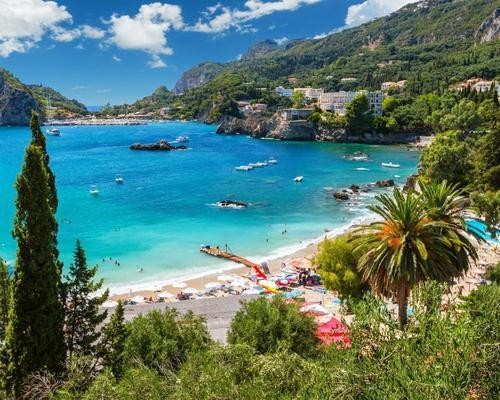 Korfu májusban: utazás repülővel és szállás