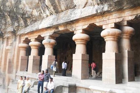 Excursión privada a las cuevas de Elefanta con viaje en tren y la Puerta de la India desde Bombay