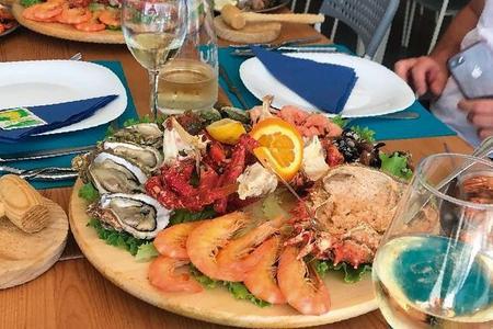 Excursão gastronômica de bicicleta e diversão com degustação de frutos do mar e vinho português