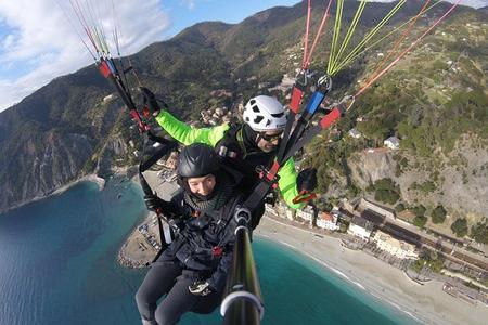 Volo in parapendio alle Cinque Terre o in Toscana