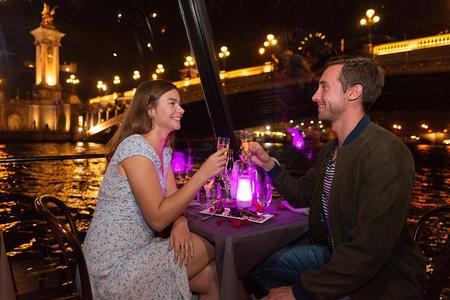 Crociera con cena romantica con bicchiere di champagne