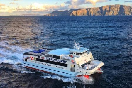 Lanzarote: billete de barco ida y vuelta a La Graciosa con wifi y recogida en bus