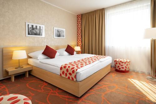 Iris Hotel Eden, Featured Image