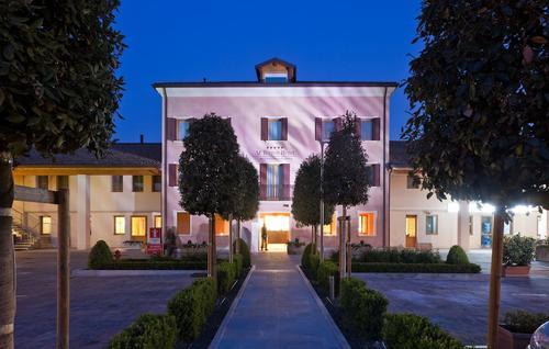 Al Tezzon Hotel, Featured Image